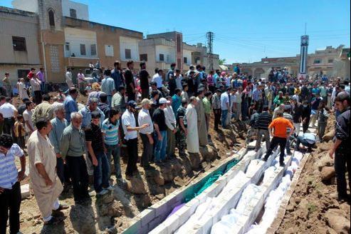 Une foule nombreuse a assisté, samedi, à l'enterrement dans des fosses communes des victimes du massacre de Houla.