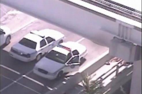 Capture d'écran de la bande de vidéosurveillance. À droite, les corps des deux hommes dénudés.
