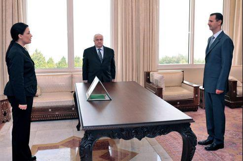L'ambassadrice syrienne à Paris, Lamia Chakkour, face au président syrien, Bachar el-Assad.