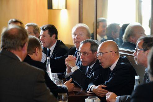 Les membres de l'association Les Amis de Nicolas Sarkozy, parmi lesquels Brice Hortefeux, Claude Guéant et éric Ciotti (au centre), se sont réunis au restaurant L'Antre Amis mercredi à Paris.