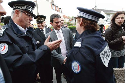 Manuel Valls salue des policiers, lors d'une visite au commissariat de Noisy-le-Sec, le 17 mai.