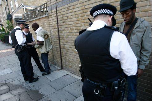 Un contrôle policier à Brixton.