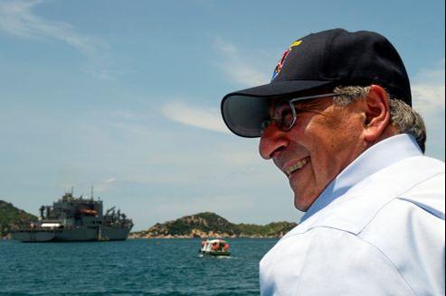 Le secrétaire américain à la Défense, Leon Panetta, lors de sa visite, dimanche, sur la base militaire de Cam Ranh au Vietnam.