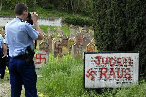 Le cimetière juif d'Herrlisheim, en Alsace, après une profanation en 2004. Les actes antisémites sont récurrents depuis les années 2000, notamment lors des tensions au Moyen-Orient, mais aussi dès que l'on parle des Juifs dans les médias.