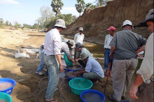 Dans les dépôts sédimentaires de Pondaung, en Birmanie, des tonnes de sables et d'argiles sont passées chaque année aux tamis par l'équipe d'archéologues franco-birmans. De dos en chemise à carreaux, Jean-Jacques Jaeger, de l'université de Poitiers. (Crédit Photo: MPFM)