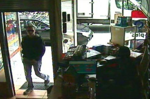 Luka Rocco Magnotta entrant dans le cybercafé dans lequel il sera arrêté peu après.
