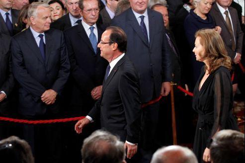 Jean-Marc Ayrault, François Hollande et Valérie Trierweiler, lors de la cérémonie de passation des pouvoirs, le 15 mai au Palais de l'Élysée.