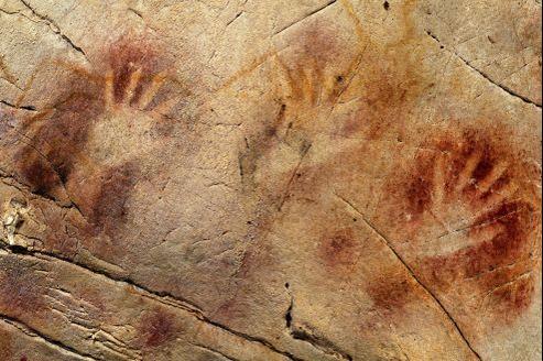 Les mains réalisées au pochoir avec de la poudre d'ocre de la grotte d'El Castillo en Espagne ont été réalisées il y a au moins 37 300 ans.