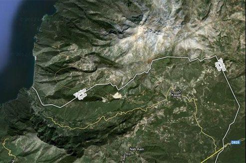 Vue satellite de la région de Kessab. En blanc, la frontière entre la Syrie (au sud) et la Turquie (au nord). (Crédits photo: Google Maps)
