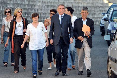 François Bayrou dimanche à Bizanos, près de Pau, a fermé la page de la députation avec ses proches (ici avec son épouse Babeth à sa droite et son attaché parlementaire Alain Cendres à sa gauche).