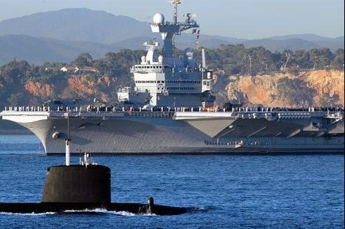 Le Charles de Gaulle et le sous-marin nucléaire Saphir en rade de Toulon en 2004