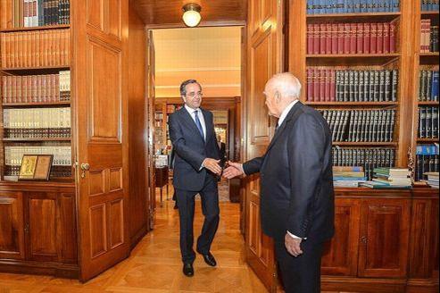 Le leader de la droite grecque, Antonis Samaras (à gauche), a été nommé premier ministre du nouveau gouvernement de coalition par le président Papoulias (à droite).
