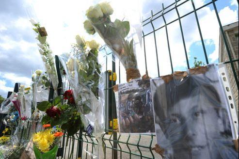 Des roses ont été accrochées ce samedi matin sur la grille de l'établissement où a eu lieu la bagarre.