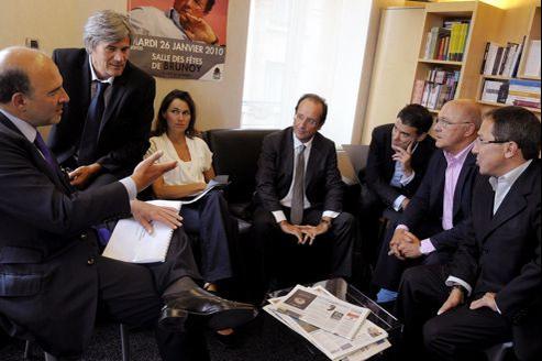 Fidèles en campagne (de gauche à droite): Pierre Moscovici, Stéphane Le Foll, Aurélie Filipetti, François Hollande, Olivier Faure, Michel Sapin et Faouzi Lamdaoui.