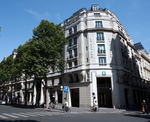 L'entrée de l'immeuble au 14, boulevard Haussmann à Paris.