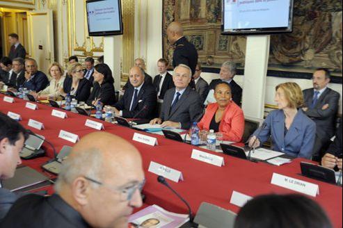 Jean-Marc Ayrault et ses ministres, réunis pour un séminaire, lundi à Matignon. Le gouvernement devra, en amont, communiquer son projet de loi de finances à la Commission de Bruxelles, qui le scrutera à la loupe.
