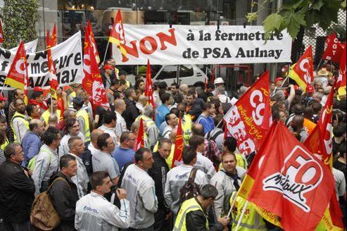 Les salariés des différents sites de Peugeot réunis ce matin devant le siège parisien du groupe, pour une manifestation en faveur du maintien de leur emploi.