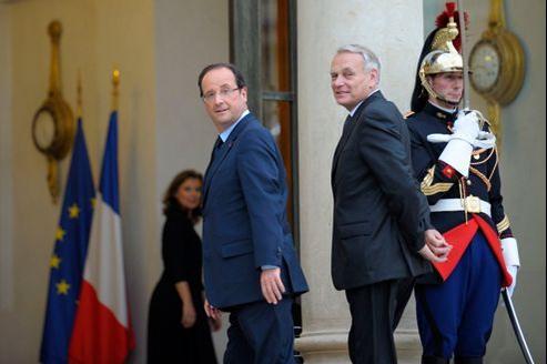 Aujourd'hui, 51% des Français font confiance à François Hollande et 49% à Jean-Marc Ayrault, selon une enquête du CSA.