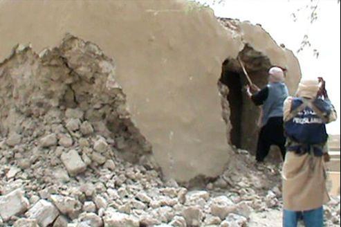 Capture d'une vidéo montrant la destruction d'un des mausolées.