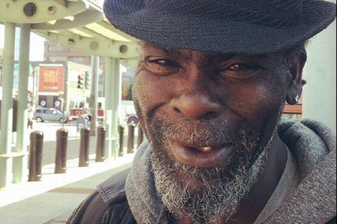 «Mo» rencontre Alex, un passant, dans une rue de San Francisco. Capture d'écran YouTube.