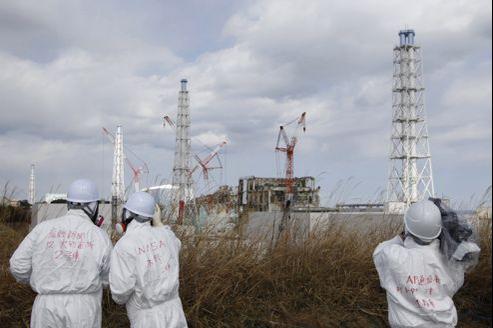 Des médias accompagnés par un officiel de la NISA (au milieu), une des autorités de régulation du nucléaire nippones.