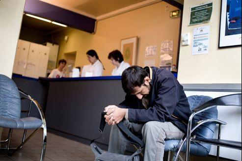 Un immigré afghan dans la salle d'attente d'un hôpital parisien, en 2008.