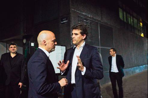 Pierre Louette, secrétaire général de France Télécom, et Arnaud Montebourg, vendredi, à la cellule de crise d'Orange installée à Paris.