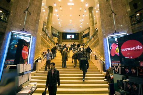 Le distributeur de produits culturels, en difficulté, cherche à revendre au meilleur prix son droit au bail sur les Champs-Élysées.