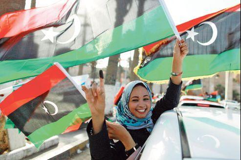Une Libyenne laisse éclater sa joie après avoir voté, samedi à Tripoli. Donné vainqueur, le CNT, plutôt libéral, considère la charia comme l'une des sources de la Constitution.