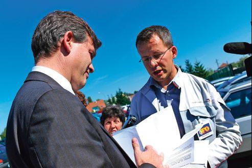 Arnaud Montebourg, ministre du Redressement productif, avec des ouvriers et des syndicats de PSA Peugeot Citroën lors de son déplacement dans le Doubs en 2011.
