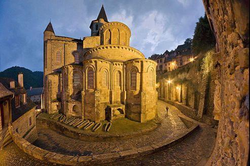 L'abbatial de Conques, trésor incomparable magnifié par les vitraux contemporains de Pierre Soulages.