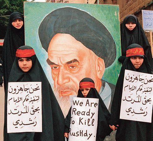 Des femmes et des enfants du Hezbollah manifestent contre Salman Rushdie, à Beyrouth, le 26 février 1989.