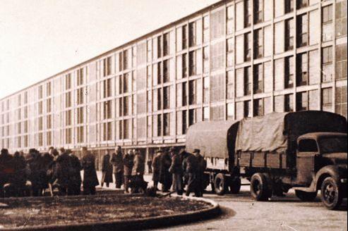 Arrivée d'internés arrêtés lors de la rafle du Vel' d'Hiv' des 16 et 17 juillet 1942, au camp de Drancy.