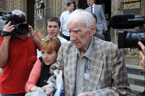 A la sortie du Tribunal militaire de Budapest, vêtu d'une veste grise et tenant un sac de plastique à la main, Laszlo Csatary semblait en bonne forme et ne paraissait pas ses 97 ans.