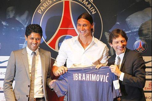 Le président du PSG Nasser Al-Kelaifi (à gauche), Zlatan Ibrahimovic (au centre) et le directeur sportif, Leonardo