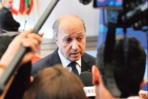 L'urgence est «de commencer à discuter d'un gouvernement représentatif pour prendre la relève», a estimé, lundi à Bruxelles, le chef de la diplomatie française, Laurent Fabius.