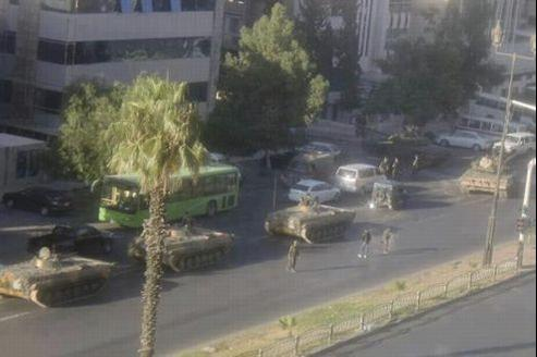 À Damas, les nombreux chars de l'armée syrienne ont permis aux loyalistes de reprendre le contrôle de Mezzeh, le quartier des ambassades.