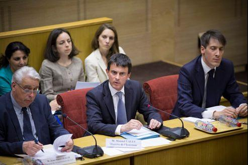 Manuel Valls (au centre) défend sa politique de l'immigration devant la commission des lois, mercredi au Sénat.
