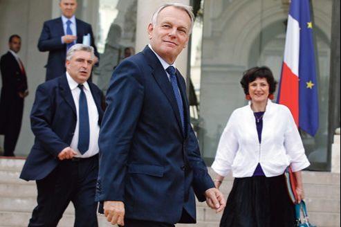 Jean-Marc Ayrault (au premier plan), mercredi à la sortie du Conseil des ministres.