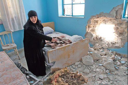 Sœur Vérone, du couvent Sidnaya, montre aux journalistes une salle endommagée, attaquée par des tirs d'artillerie, à Sidnaya au nord de Damas.