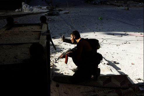 Un combattant de l'ASL, mercredi, à Alep.