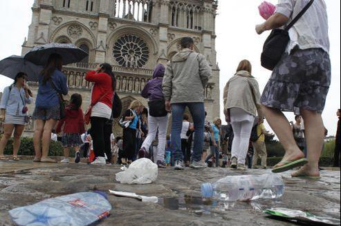 Des kilos de déchets jonchent quotidiennement le parvis de Notre-Dame, monument le plus visité de la capitale.