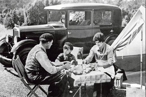 1936, année d'instauration par le Front populaire des deux premières semaines de congés payés. 560.000 salariés partiront cet été-là.