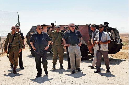 Le premier ministre israélien, Benyamin Nétanyahou (troisième à droite), et le ministre de la Défense, Ehoud Barak (troisième à gauche), sur les lieux de l'attentat contre un poste frontière israélo-égyptien dans le Sinaï, lundi.