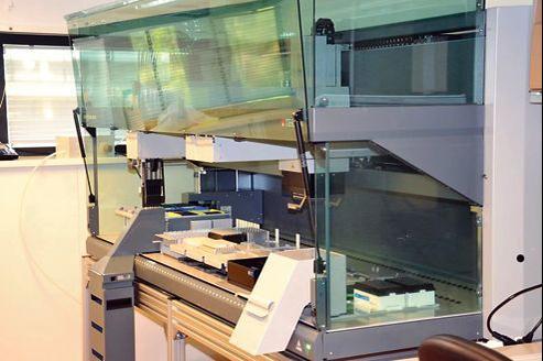De nouveaux robots analytiques équipent désormais les laboratoires de la police scientifique, à l'image de celui de l'INPS de Lyon où le nombre de traces génétiques traitées a fait un bond de 76% en deux ans.