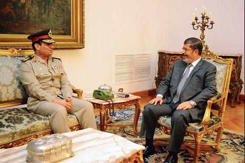 Le président Morsi (à droite) et le nouveau ministre de la Défense, le général el-Sissi, lundi au Caire.