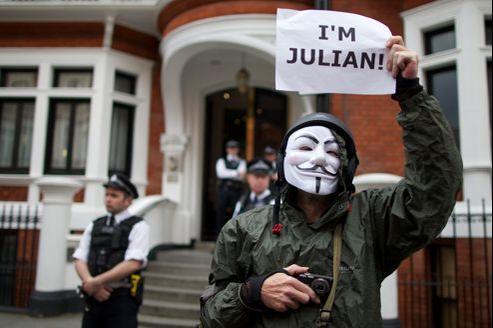 Les policiers britanniques gardent l'ambassade équatorienne, devant laquelle manifestent des pro-Assange.