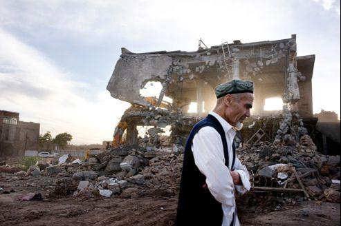 Destruction d'un immeuble du vieux quartier de Kashgar, aux confins de l'Asie centrale et du monde chinois.