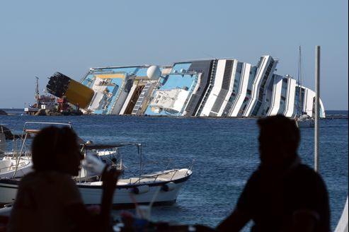 L'immense épave du Costa Concordia vue du Giglio.