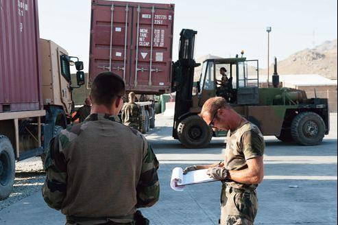 Un soldat français de la base de Warehouse, où est regroupé le matériel français, près de l'aéroport militaire de Kaboul, vérifie le numéro de chaque container le 28 juillet 2012.